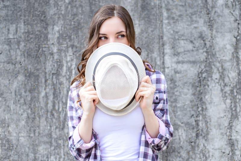 Schließen Sie herauf Fotoporträt versteckenden Gesichtes recht schöner schlauer schlauer schüchterner Dame hinter dem Headwearkap lizenzfreies stockbild