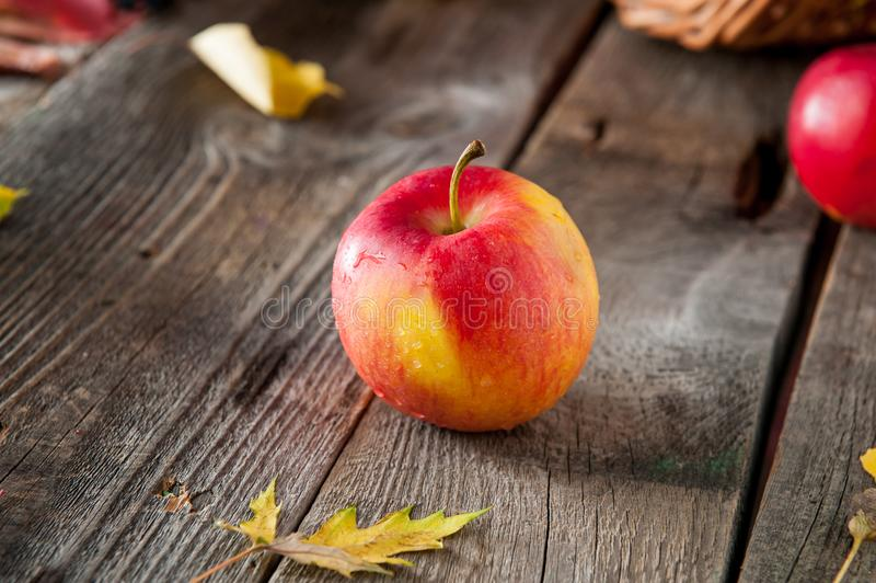 Schließen Sie herauf frischen reifen organischen roten Apfel mit Wassertropfen auf dem rustikalen Holztisch Raum für Text Selekti stockfotografie