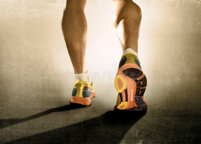 Schließen Sie herauf Fußlaufschuhe und Eignungstrainingstraining des starken athletischen Beinsportmannes rüttelndes lizenzfreie stockfotografie