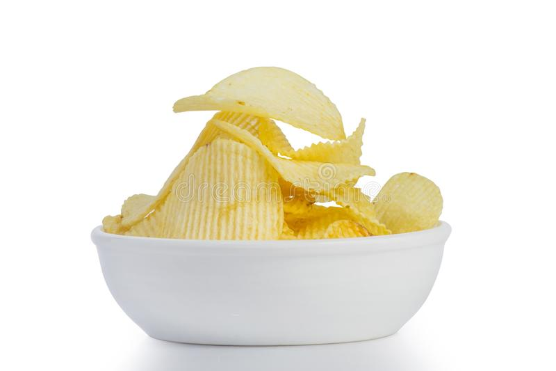 Schließen Sie herauf gebratenen Kartoffelchipsnack in der weißen Schüssel auf weißem Hintergrund stockbilder