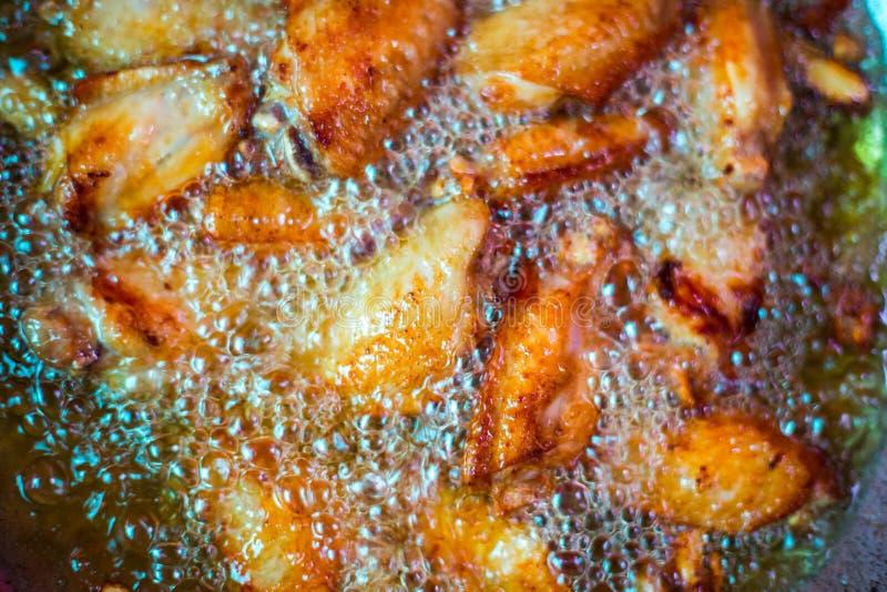 Schließen Sie herauf gebratenes Hühnerflügel in kochendem Öl stockbild