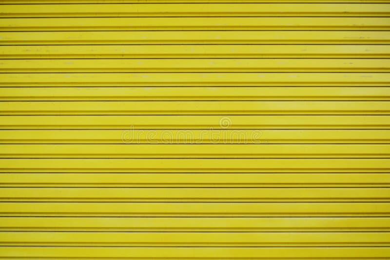 Schließen Sie herauf gelben Blechtafelschiebetür-Beschaffenheitshintergrund lizenzfreies stockfoto