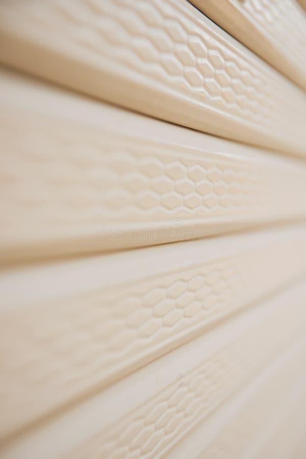 Schließen Sie herauf gelbes Metallrolltorfensterladenhintergrund lizenzfreies stockbild