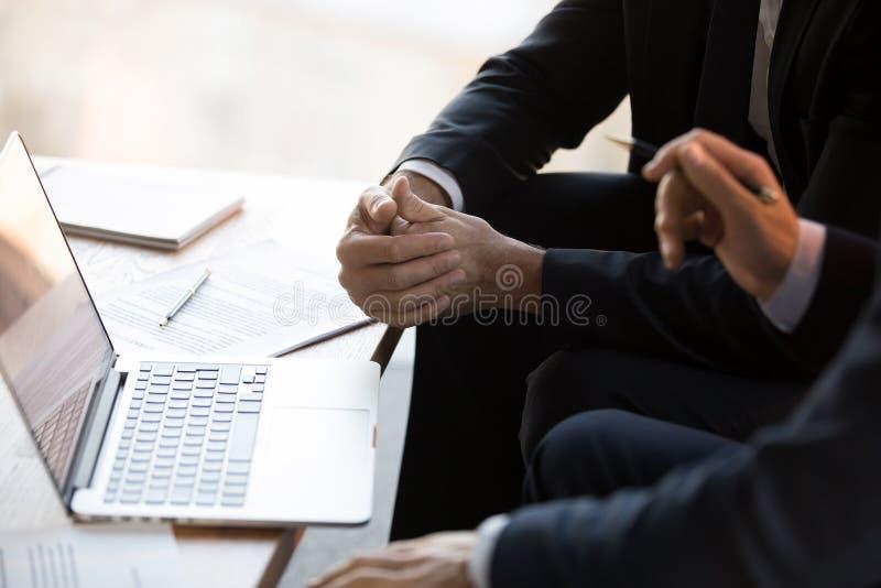 Schließen Sie herauf Geschäftsmänner in den Gesellschaftsanzügen unter Verwendung Computerfunktion toge lizenzfreie stockfotografie