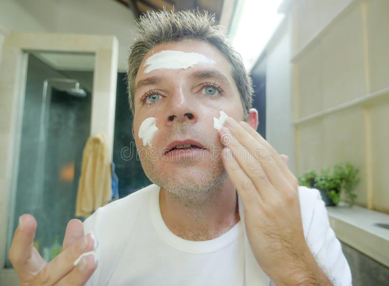 Schließen Sie herauf Gesichtsporträt des jungen hübschen und attraktiven kaukasischen Mannes zu Hause, der auf dem Badezimmerspie lizenzfreie stockfotos