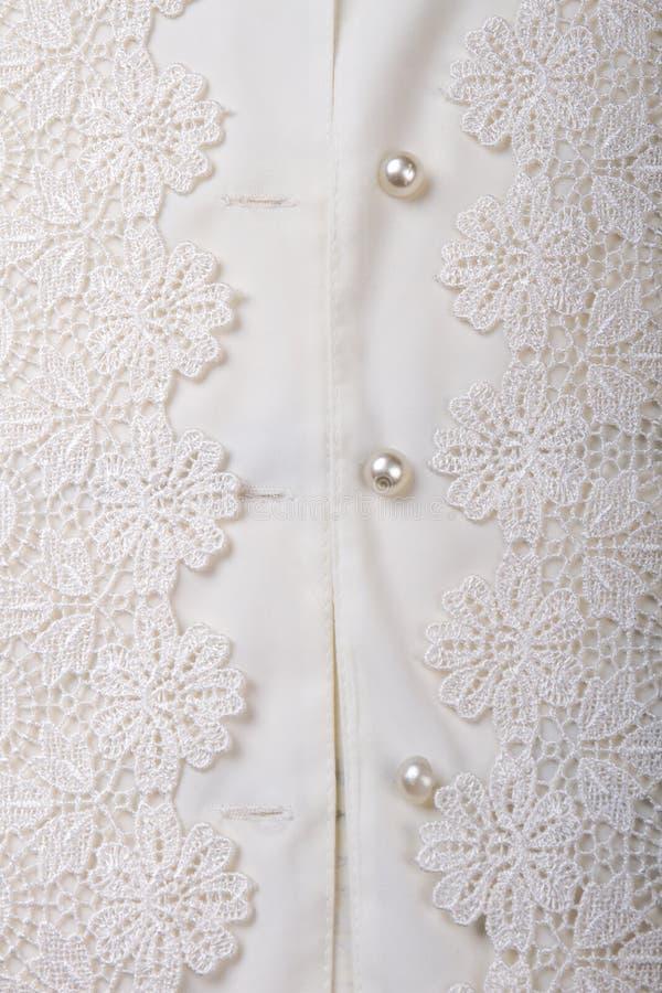 Schließen Sie herauf glänzende Knöpfe auf Hemd der weißen Frauen lizenzfreie stockfotografie