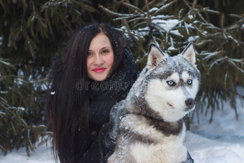 Schließen Sie herauf glücklichen Fraueneigentümer und heiseren Hund am Wintertag lizenzfreie stockfotografie
