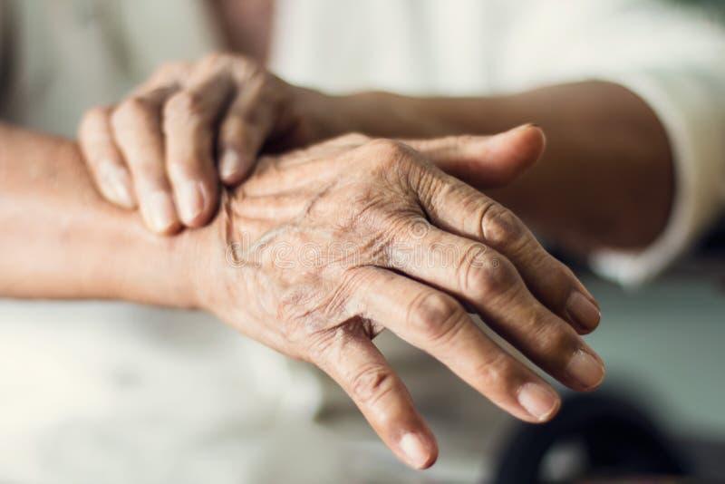 Schließen Sie herauf Hände des älteren älteren Frauenpatienten stockfotografie