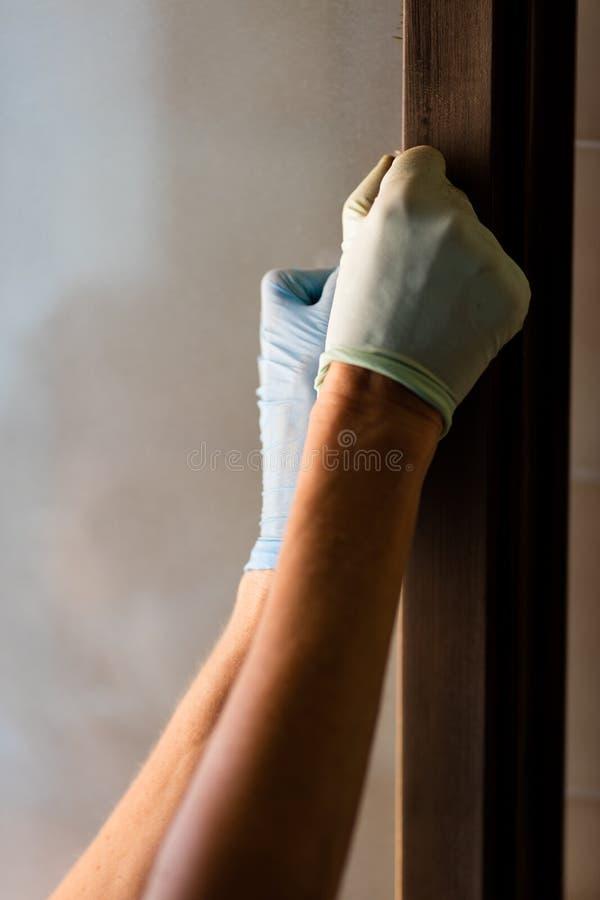 Schließen Sie herauf an Hand aufnehmende oder versandende Seite der Tür lizenzfreies stockbild