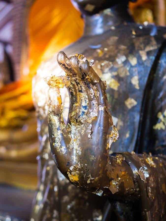 Schließen Sie herauf Hand der Statue Buddha stockfotografie
