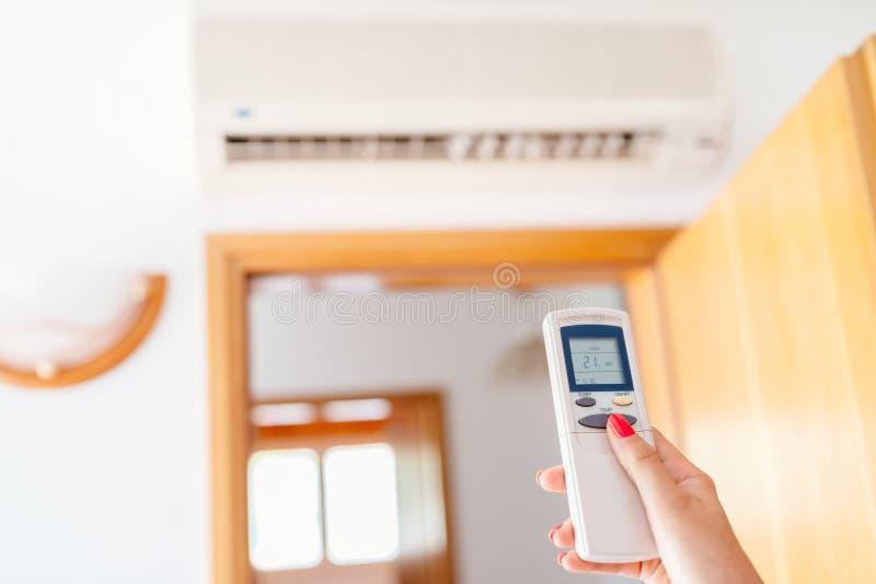 Schließen Sie herauf an Hand die Justage von Temperatur der Hauptklimaanlage lizenzfreies stockbild