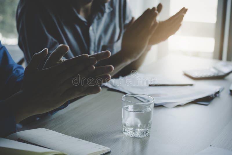 Schließen Sie herauf Hand von Geschäftsleuten als Klatschen als Planung und mee stockbild