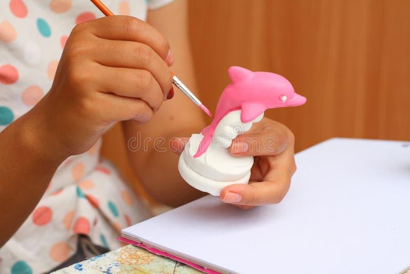 Schließen Sie herauf Handfrauenkunstkinderfarben-Aquarellgips für lizenzfreie stockbilder