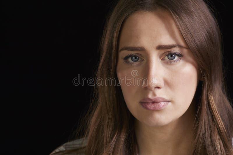 Schließen Sie herauf Haupt- und Schulter-Studio-Porträt der besorgten Frau lizenzfreie stockfotografie