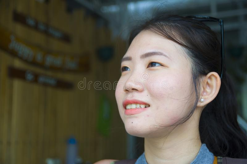 schließen Sie herauf Haupt- und Schulterporträt des jungen schönen und süßen asiatischen Chinesinlächelns glücklich stockfotos
