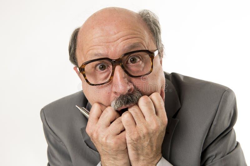 Schließen Sie herauf Hauptporträt des kahlen älteren überraschten und erschrockenen Schauens des 60s Geschäftsmannes als ob große lizenzfreie stockfotos