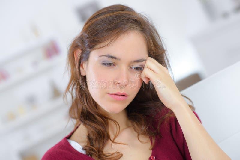 Schließen Sie herauf junge Frau des Porträts mit Kopfschmerzen lizenzfreies stockfoto
