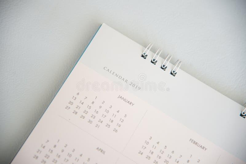 Schließen Sie herauf Kalender auf hölzerner Beschaffenheit lizenzfreie stockfotografie