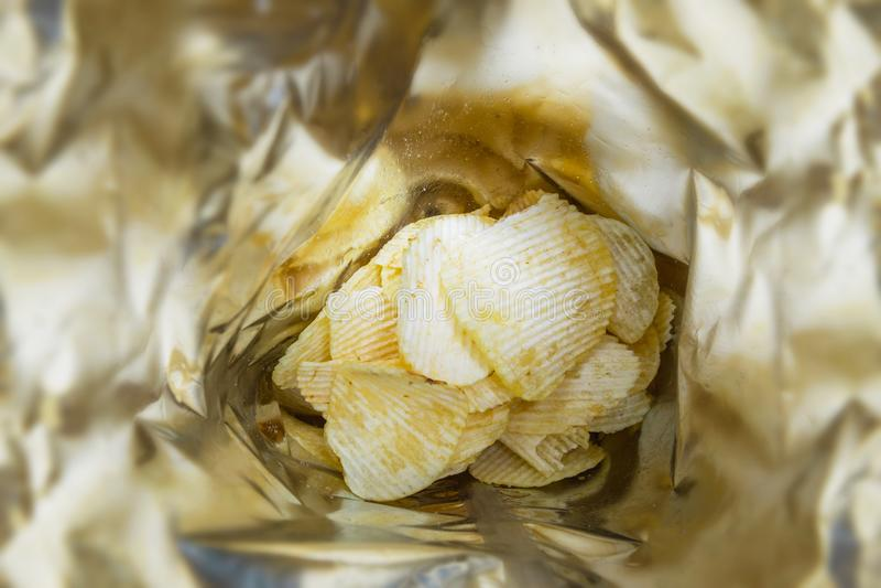 Schließen Sie herauf Kartoffelchipsnack der Draufsicht gebratenen in einer Plastiktasche stockfoto
