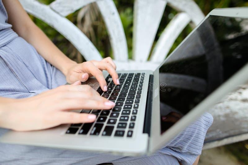 Schließen Sie herauf kaukasische weibliche Hände unter Verwendung des Laptops und Mitteilung auf Tastatur schreiben stockbilder