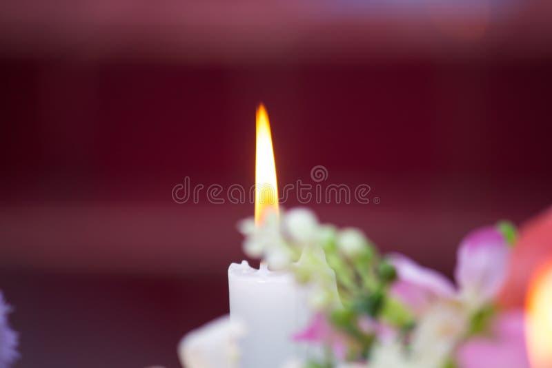 Schließen Sie herauf Kerze mit kreativer Flamme lizenzfreie stockfotos
