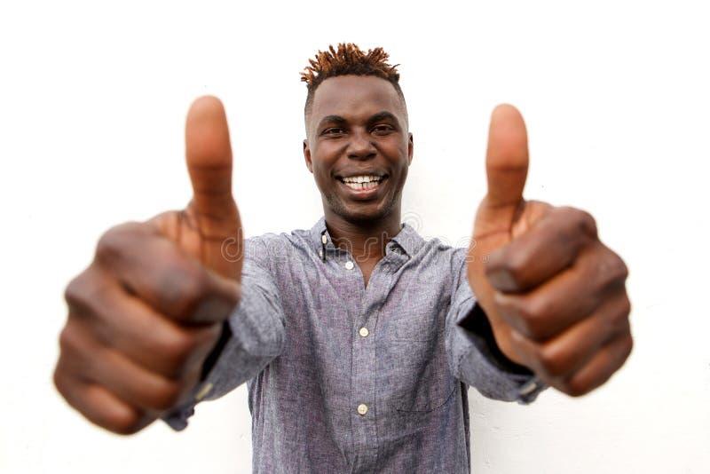 Schließen Sie herauf lächelnden jungen Afromann mit zwei Daumen oben auf weißem Hintergrund lizenzfreies stockfoto