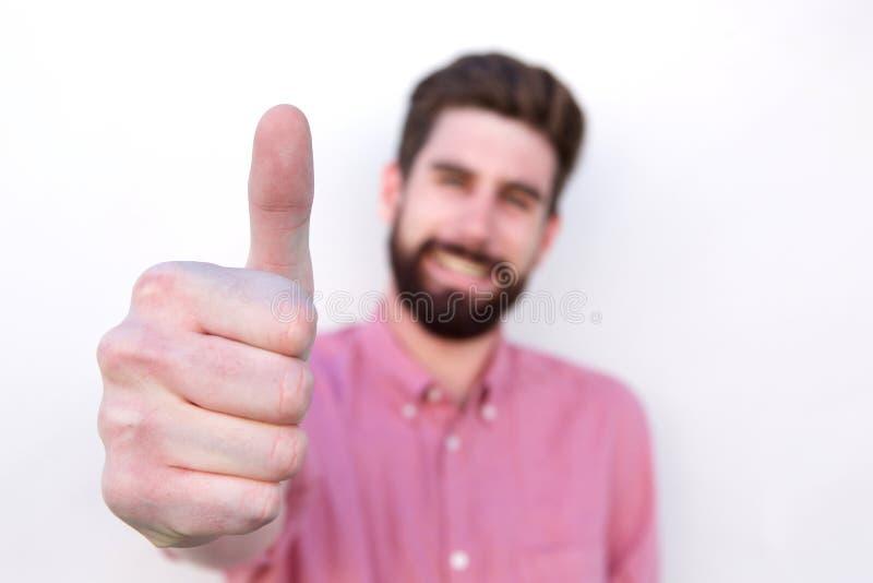 Schließen Sie herauf lächelnden positiven Mann mit dem Daumen oben lizenzfreies stockbild