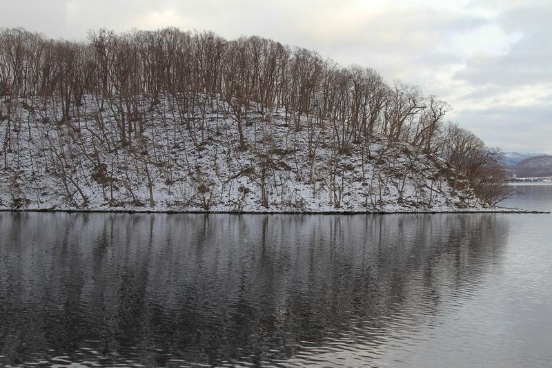 Schließen Sie herauf Landschaftsansicht des Berges im See Toya bei Hokkaido, J stockfotografie