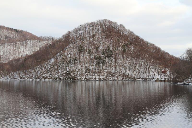 Schließen Sie herauf Landschaftsansicht des Berges im See Toya bei Hokkaido, J lizenzfreie stockfotografie