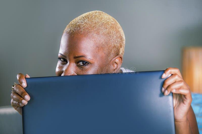Schließen Sie herauf Lebensstilporträt der jungen noblen amerikanischen Frau des attraktiven und glücklichen Schwarzafrikaners, d lizenzfreie stockbilder