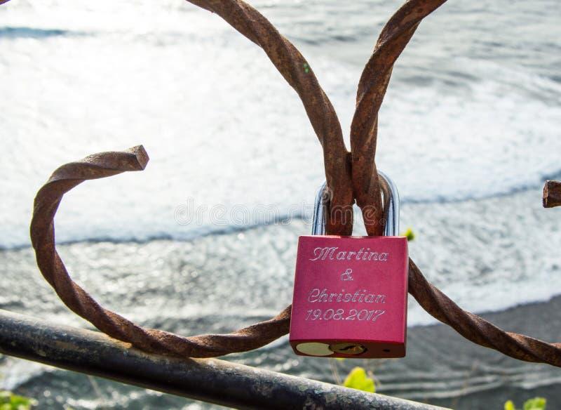 Schließen Sie herauf Liebesvorhängeschloß an folglich in Uluwatu stockbilder