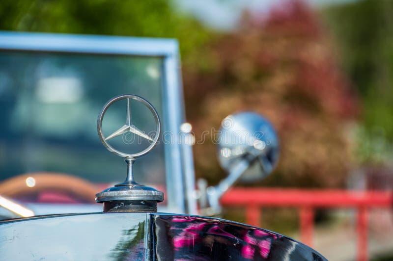 Schließen Sie herauf Logo Mercedes Benz-Weinleseauto in Stromkreisde Barcelona, Katalonien, Spanien lizenzfreies stockbild