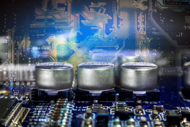 Schließen Sie herauf Makro von den Aluminiumelektrolytkondensatoren, die an installiert sind lizenzfreie stockfotos
