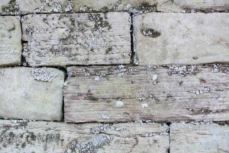 Schließen Sie herauf Makrohintergrundbeschaffenheit der alten grauen bedeckten Backsteinmauer stockbilder