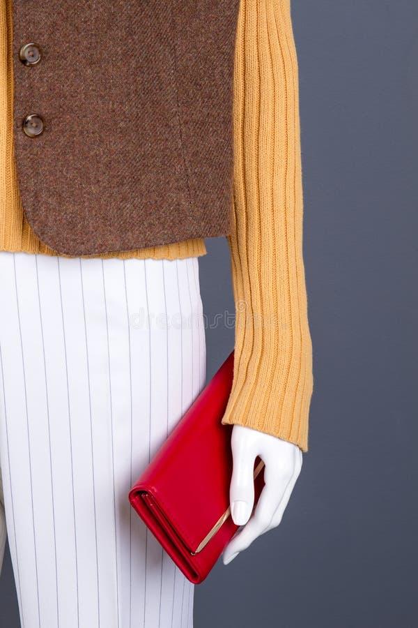 Schließen Sie herauf Mannequin mit roter Geldbörse stockfotos