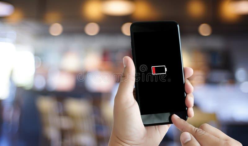 Schließen Sie herauf Mannhände unter Verwendung intelligentes der aufgeladenen Batterie der Telefonbatterie Tief lizenzfreies stockbild
