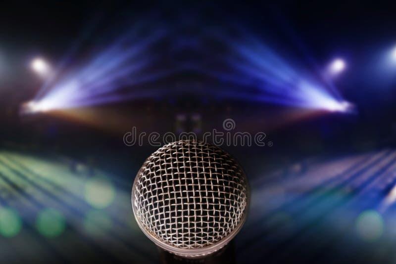 Schließen Sie herauf Mikrofon mit Lichtern auf Stadiumshintergrund Musik conte stockfotos