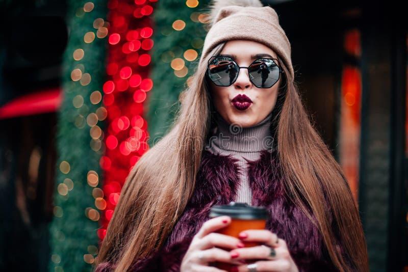 Schließen Sie herauf Modestraßen-Zauntrittporträt des hübschen Mädchens zufällige Ausstattung des Falles in der schönen Brunettea stockbilder