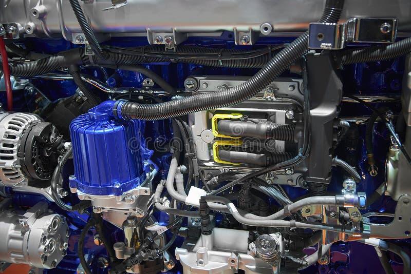 Schließen Sie herauf neuen Dieselmotormotor des LKWs mit verschiedenen Teildetails Elektronisches elektrisches Teil des Lkw-Motor stockbild