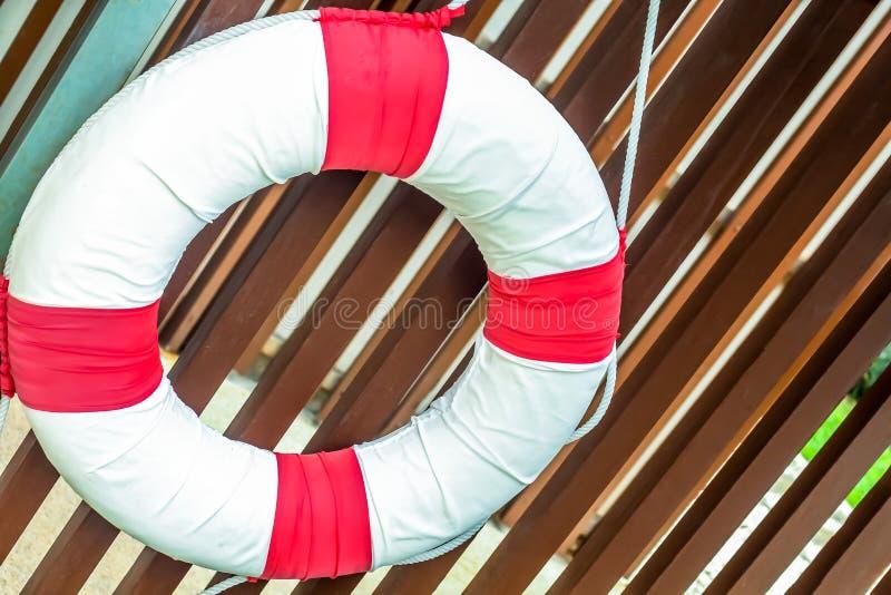 Schließen Sie herauf Poolsicherheitsrettungsring auf der Lattenwand stockfotografie