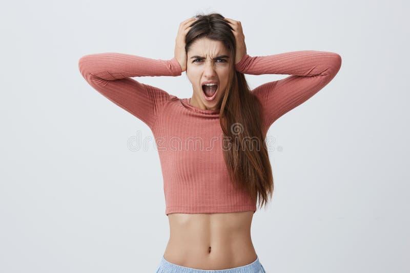 Schließen Sie herauf Porträt der attraktiven jungen ausdrucksvollen kaukasischen Frau mit dem dunklen langen Haar in den rosa Spi stockfotos