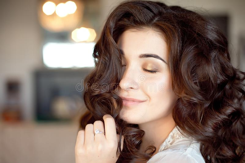 Schließen Sie herauf Porträt der durchdachten Frau mit dem herrlichen langen Haar stockbilder