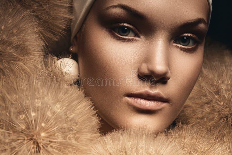 Schließen Sie herauf Porträt der hübschen Frau mit Löwenzahn lizenzfreie stockfotos