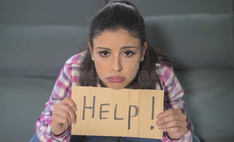 Schließen Sie herauf Porträt der jungen attraktiven und traurigen hispanischen Frau, welche zu Hause die schauende Couch betontes stockfotografie