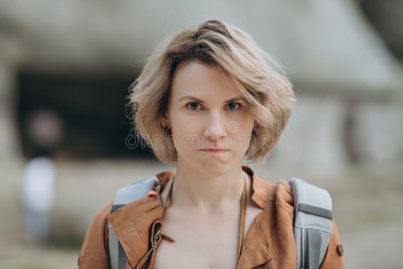 Schließen Sie herauf Porträt der jungen gestörten verärgerten Frau Negative menschliche Gefühle, Gesichtsausdrücke stockbilder