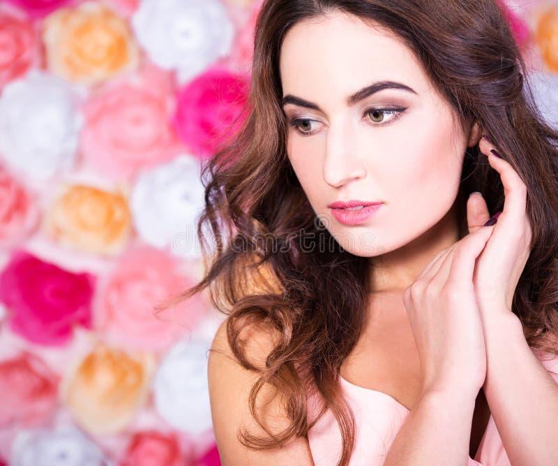 Schließen Sie herauf Porträt der jungen Schönheit über Blumen backgrou stockfotos