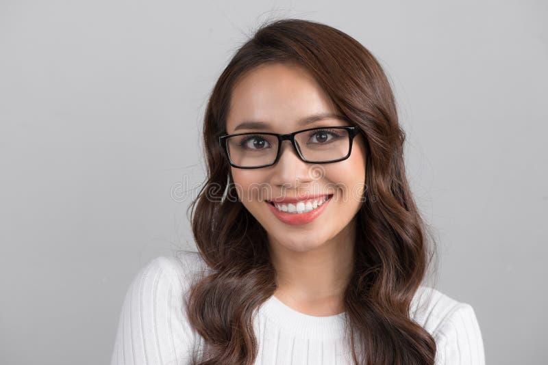 Schließen Sie herauf Porträt der lächelnden überzeugten Geschäftsfrau, die str schaut lizenzfreie stockfotos