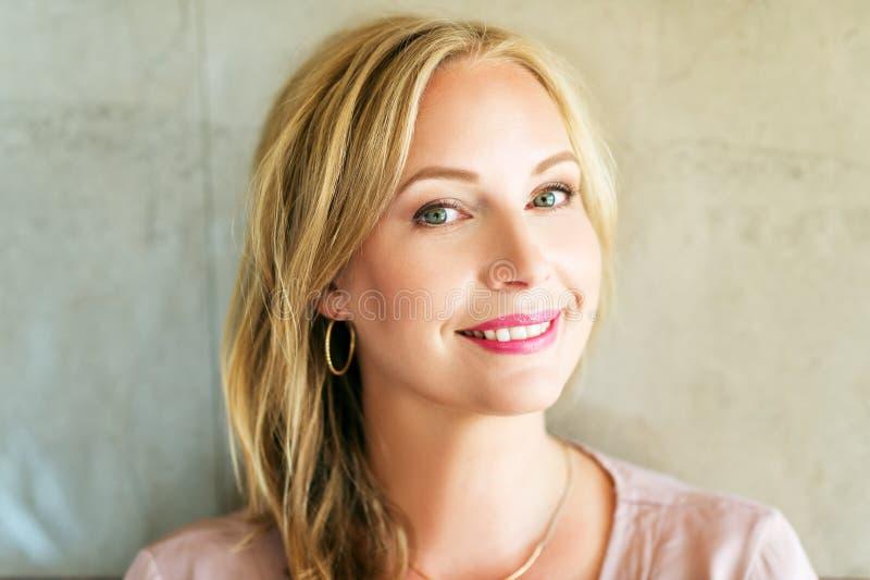 Schließen Sie herauf Porträt der schönen blonden Frau mit blauen Augen stockbilder