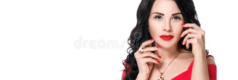 Schließen Sie herauf Porträt des attraktiven Brunettemädchens mit den roten Lippen und stockbild