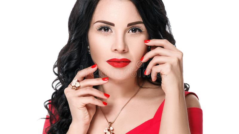 Schließen Sie herauf Porträt des attraktiven Brunettemädchens mit den roten Lippen und den roten Nägeln Getrennt auf weißem Hinte stockbild